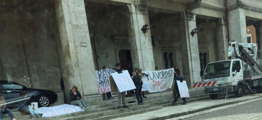 Crab, dipendenti senza stipendio: scatta la protesta davanti al Comune