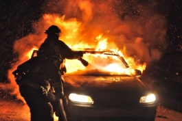 Auto in fiamme, questa volta non è un falso allarme