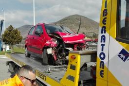 Ragazza perde il controllo della sua auto e finisce contro un guard rail