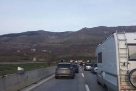 Fuoco in autostrada e il traffico va in tilt